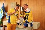 Tomáš Valenta přivezl ukázat do své obce pohár pro mistry republiky v hokeji.