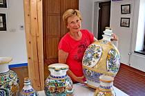 V Muzeu keramiky v Tupesích se snoubí obrazy Veroniky Daňkové s keramikou.