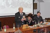 Tomáš Lom ukazuje svou fotografii z mládí