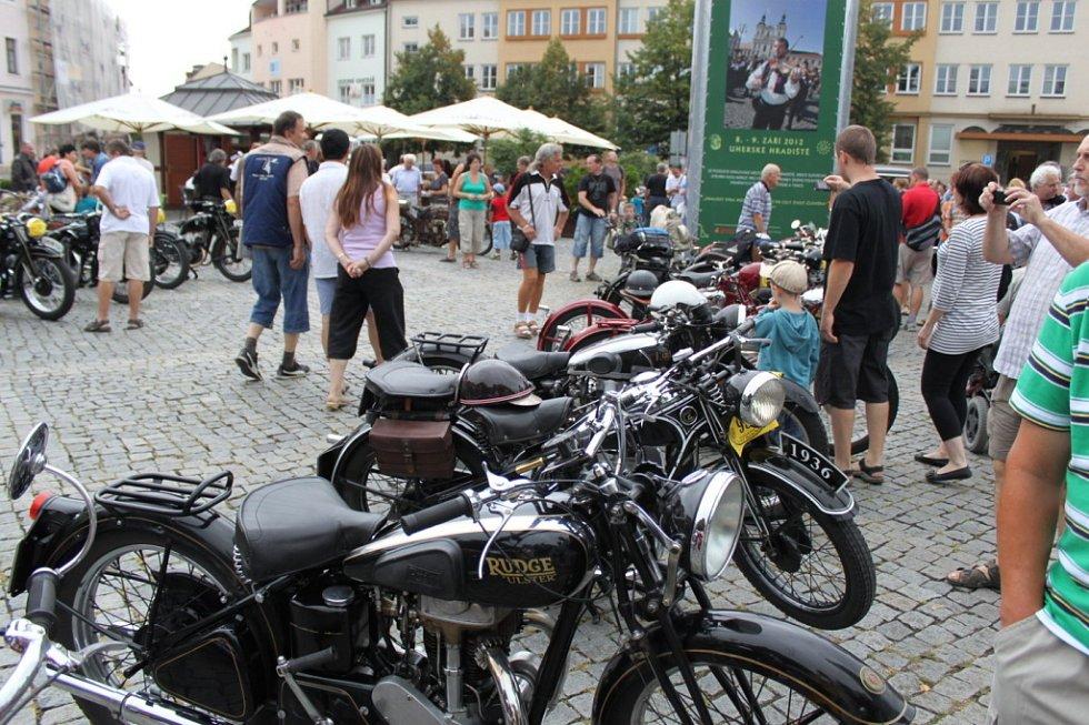 Na náměstí byly historické stroje různých značek i věku.