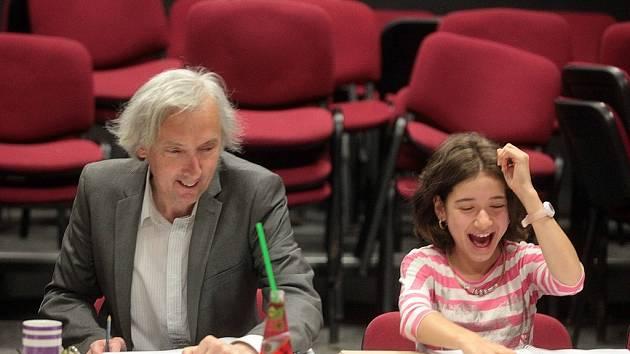 Čtená zkouška hry Alenka v říši divů ve Slováckémk divadle v Uherském Hradišti. Aimee Zia Hassan.