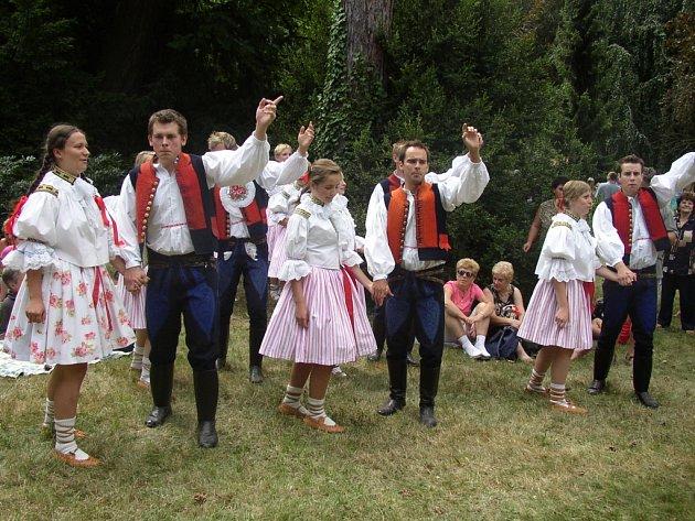 Mezi účinkujícími na česnekové slavnosti byl i folklorní soubor Dolněmčan.