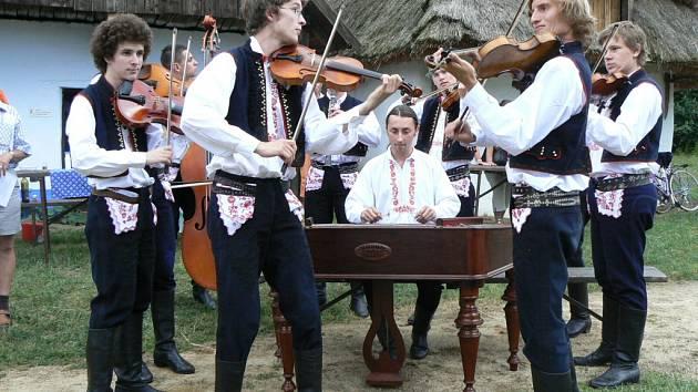 Cimbálová muzika Harafica s primášem Kubou Ilíkem.
