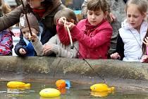 Den země na náměstí v Uherském Brodě. Chytání umělých ryb v kašně.