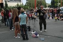 Úterní večer na letní filmové škole okořenil svými rockovými parádami uherskohradišťský Svatý Pluk.