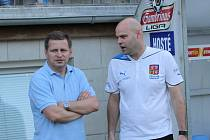 Na jedné lodi byli ještě při úspěchu národního týmu dvacetiletých v Kanadě trenér Miroslav Soukup (vlevo) a jeho tehdejší asistent Jakub Dovalil. Ten nyní vede lvíčata na domácím EURU k úspěchu v pozici hlavního kouče.