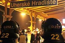 Ačkoliv utkání mezi FC Viktoria Plzeň a 1. FC Slovácko v sobotu 5. března bylo vyhodnoceno jako nerizikové, museli policisté z Uherského Hradiště v průběhu dne změnit plány a narychlo zpřísnit bezpečnostní opatření směrem k agresivním fanouškům.