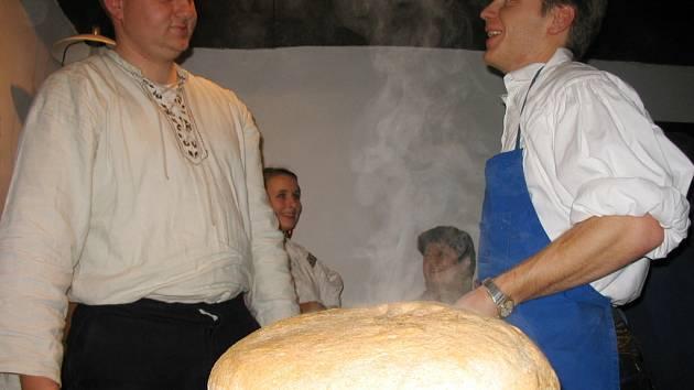 Martin Matůš a Petr Klein z Dolněmčanu byli u pece hlavními aktéry.