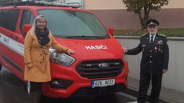 Dva měsíce před Vánocemi se mohou dobrovolní hasiči v Rudicích těšit z předčasné nadílky. Dostali totiž automobil značky Ford Transit Custom, který mohou nově využívat při svých aktivitách ve prospěch svých spoluobčanů.