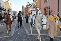 Tři králové zahájili v Uherském Hradišti sbírku symbolickou projížďkou na koních