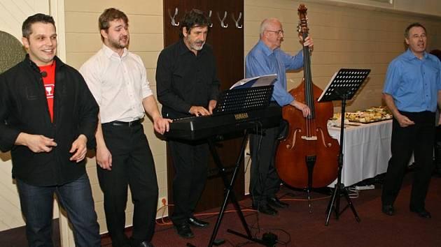Dámám zazpívali například Tři strážníci Jaroslava Ježka.