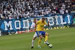 Fotbalisté Slovácka ( v bílých dresech) proti Zlínu