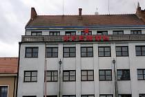 Z poklidu a pohody letních dnů doslova vyškubl Hradišťany svítící název Kreml, vyvedený v azbuce a doplněný pěticípou hvězdou u střechy domu v sousedství hlavní křižovatky, na dohled od areálu někdejší věznice.