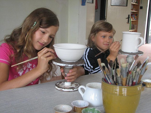 Nejen touha pokochat se pohledem na krásné věci, ale i zkusit si je vytvořit přivedla návštěvníky do keramické dílny.