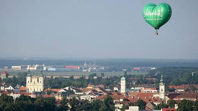 Dvě desítky horkovzdušných balonů nejen z České republiky a Slovenska, ale i z Polska, Rakouska či Slovinska létají o víkendu nad Slováckem.