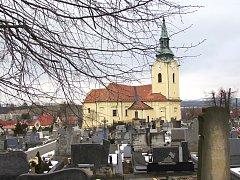 U hřbitova v Bílovicích vznikají nová parkovací místa, na hřbitově opraví také zbytek chodníků.