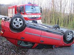 Jízda řidičky u obce Bzová skončila převrácením vozidla na střechu.