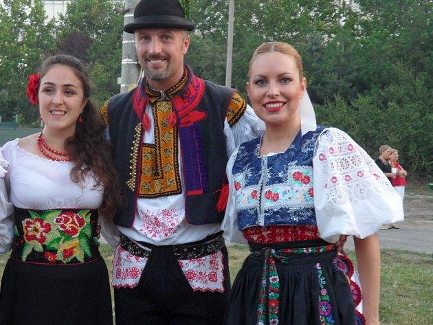 Erik Feldvabel ze Starého Města s dvěma slovenskými soutěžícími a loňskou vítězkou z Ukrajiny.