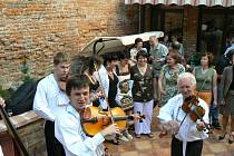 Z hostů vernisáže vznikl improvizovaný ženský sbor, který doprovodila kapela Martina Hrbáče.