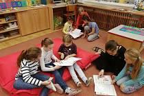 Malí prvňáčci v Jarošovské tvořivé škole se radují z nových slabikářů.