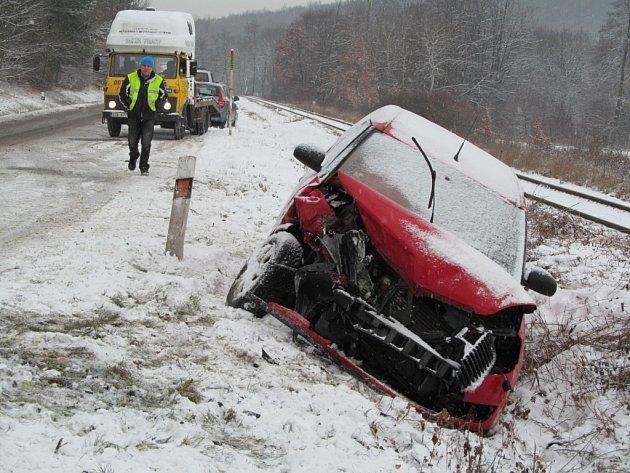 Ne každý šofér se s pondělními obtížnými podmínkami vypořádal se štěstím.