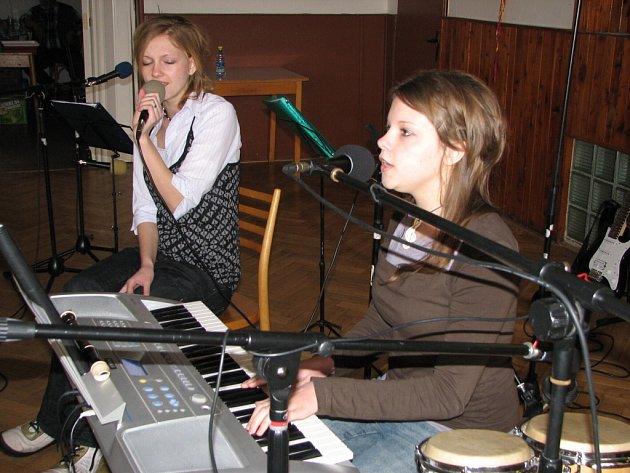 S popem se představily Eva a Anička Hrabalovy.