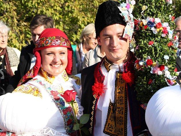Soutěžní pár číslo 5 - Michaela Crlová a Dominik Gašpar, mladší stárci na hodech vMařaticích 15.-16.října.