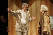 Snímek ze zkoušky stále úspěšné hry Harold a Maude ve Slováckém divadle. Na snímku ředitel Igor Stránský a Květa Fialová.