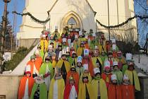 Bezmála dvouhodinovou obchůzku ve čtrnáctistupňovém mrazu tam v sobotu 7. ledna dopoledne zvládlo šest desítek koledníčků Tříkrálové sbírky, doprovázených svými dospělými průvodci se zapečetěnými pokladničkami.
