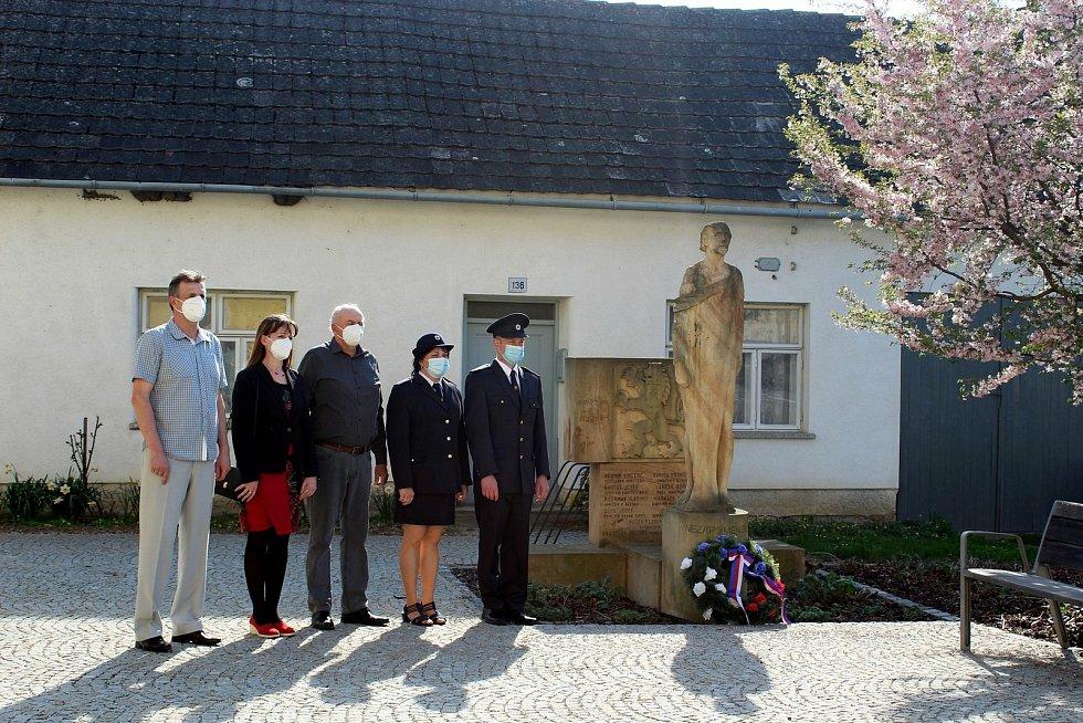 Ve sluncem zalitém parčíku postavili vsobotu 1. května tupeští hasiči májku. Uskutečnil se také pietní akt u památníků padlých.