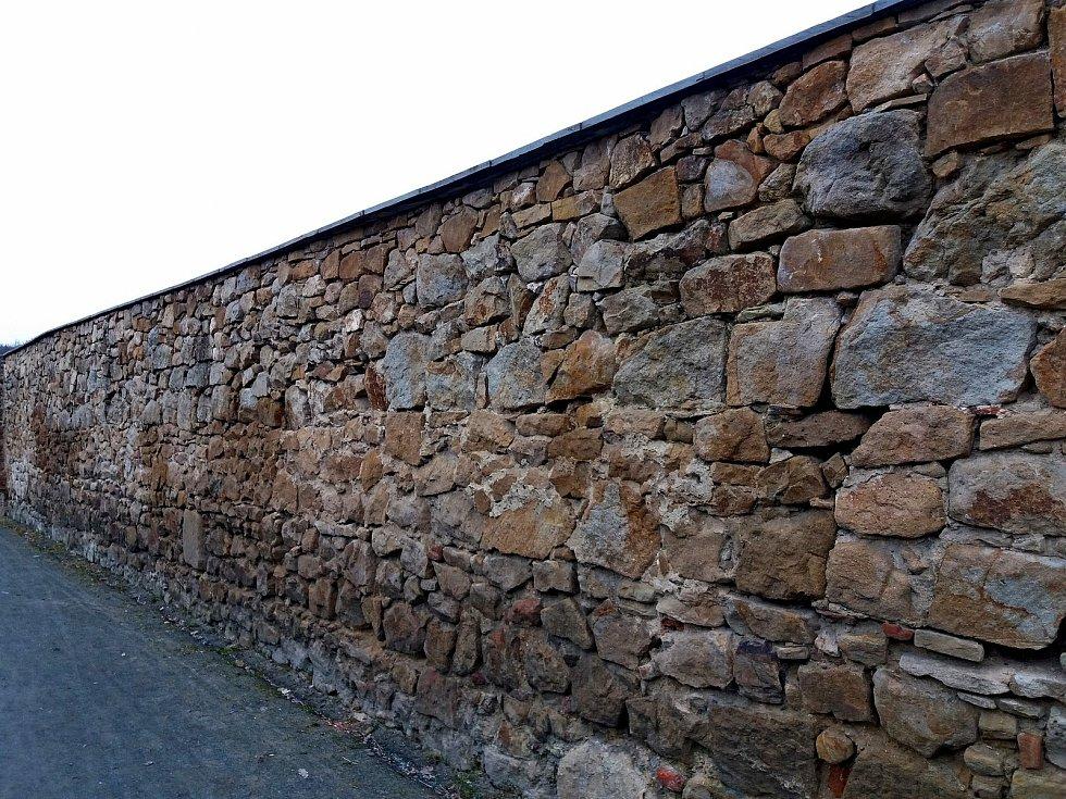 Chátrající ohradní zeď kláštera čekala několik staletí na opravu.