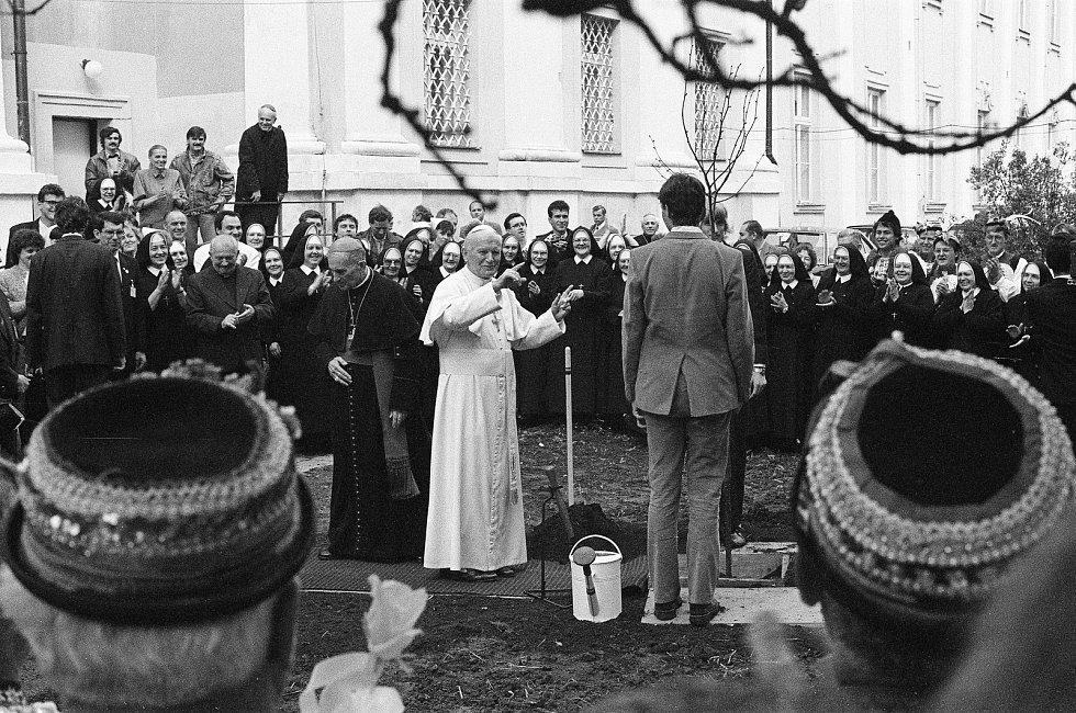 Papež Jan Pavel II. sadí 22. dubna 1990 lípu na zahradě někdejšího velehradského kláštera.