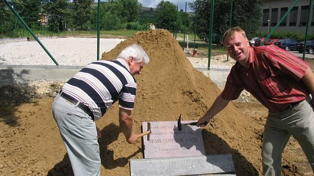 U příležitosti zahájení výstavby moderního sportovního areálu se u straňanské školy konala malá slavnost s pokládáním základního kamene. Zúčastnil se jí i Antonín Zámečník, místostarosta obce (vlevo), a majitel areálu Václav Vintr.