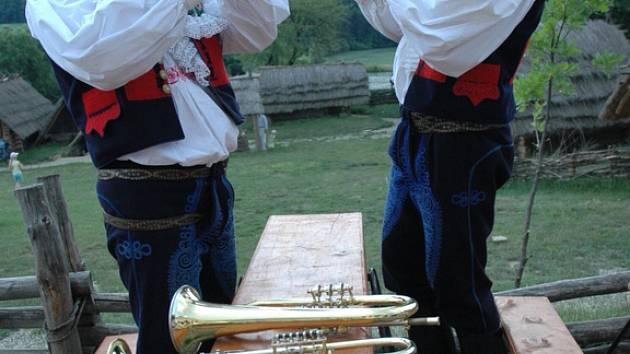 Repliku slovanského hradiště zaplnili trumpetisté v krojích.