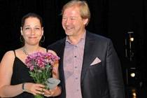 Irena Černíčková s předsedou komise Davidem Pospíšilem, který Cenu Ď na Nové scéně Národního divadla předával.