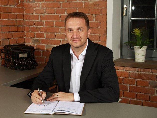 """Bronislav Janeček říká, že vedení společnosti už vlastně předal lidem. """"Moje úloha je především ta, že připomínám lidem, proč tu firmu děláme takovou, jakou ji děláme,"""" tvrdí Bronislav Janeček."""