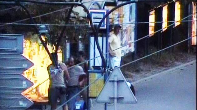 Agresivního černého pasažéra, který napadl revizora, zachytil v srpnu městský kamerový systém.