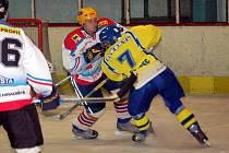 Důrazná hra hradišťského obránce Viktora Horsáka (vlevo) se zřejmě nelíbila hlavnímu rozhodčímu, neboť ten jej chvíli před koncem zápasu vyloučil a Břeclav následně rozhodla o své výhře.