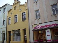 Historický snímek z archivu Jaroslava Sabáka zachycuje kadeřnictví v domě č.p. 27 na počátku třicátých let minulého století, druhý snímek ukazuje stávající podobu budovy.