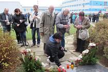 Desítky lidí si v pátek 21. listopadu připomněli 30 let starou tragedii v areálu firmy MESIT.