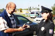 Řidiči, kteří se nedopustili žádného přestupku, dostali od zlínských policistů plechovku s energy drinkem.