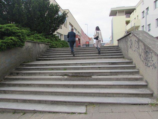 Schody u Klubu kultury v Uherském Hradišti se brzy dočkají opravy.