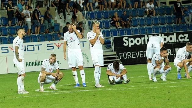 Fotbalisté Slovácka (bílé dresy) skončili ve druhém předkole Evropské konferenční ligy.