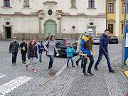 Jakmile o Velkém pátku hodinová ručička na věži kostela sv. Františka Xaverského v Uherském Hradišti ukázala pravé poledne, vyrazila skupinka tamních ministrantů do ulic s řehtačkami a klepači v rukou , aby obyvatelům královského města odhrkali pravé pole