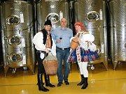 Výhru soutěže Slováckého deníku O nejpohlednější stárkovský pár roku 2014 si z Galerie slováckých vín odvezli  starší stárci z hodů v Sadech Filip Hubík a Tereza Voltemarová.