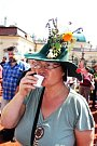 Ženy stihly soutěž o nejhezčí česnekovou výzdobu klobouku.