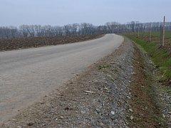 Kritikové poukazují na zbytečnost asfaltové polní cesty.