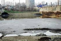ZNEČIŠTĚNÍ. Firma nebezpečné odpady ukládá do starých silážních jam. Odtud však pravděpodobně látky unikají do spodních vod.