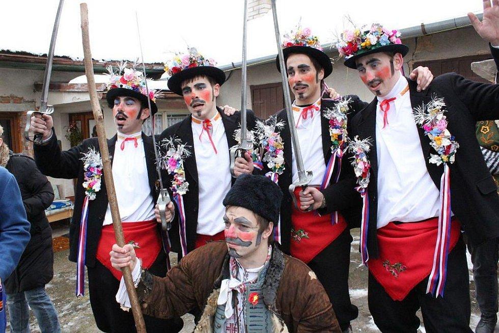 Fašank v Komni je proslavený nejen kvůli pečlivému zachovávání tradičního rituálu, ale také díky postavám čtyř skakúnů.