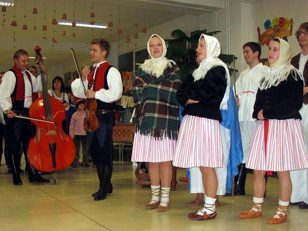 8.Folkloristy doprovázeli místní cimbalisté.